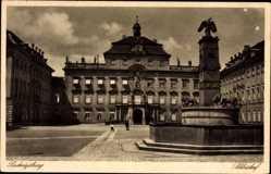 Postcard Ludwigsburg, Blick in den Schlosshof, Brunnen, Passanten, Fenster