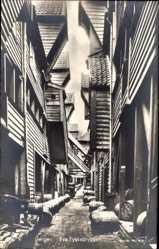 Postcard Bergen Norwegen, Fra Tyskebryggen, Häusergasse, Fässer