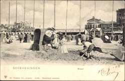 Ak Scheveningen Den Haag Südholland, Strand, Kinder bauen Sandburg