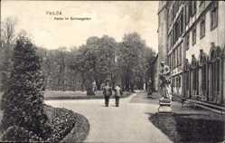 Postcard Fulda in Osthessen, Partie im Schlossgarten mit Statuen
