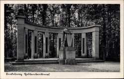 Postcard Perleberg in der Prignitz, Blick auf das Heldendenkmal, Weg, Statue