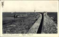 Ak Świnoujście Swinemünde Pommern, Hafen, Ostmole, Spaziergänger