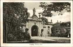 Postcard Fulda in Osthessen, Straßenpartie mit Blick auf das Paulus Tor