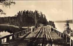 Foto Ak Punkaharju Finnland, Brücke über einen Fluss, Bäuerinnen, Wälder
