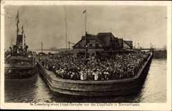 Postcard Bremerhaven Niedersachsen, in Erwartung eines Lloyd Dampfers vor Lloydhalle