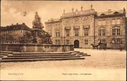 Postcard Bayreuth in Oberfranken, Regierungsneubau, Ludwigstraße, Brunnen, Kutsche