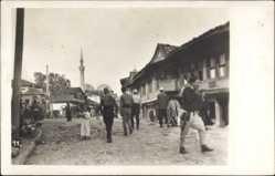Foto Ak Mazedonien, Minarett, Moschee, Passanten, Händler, Häuser