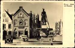 Postcard Husum in Nordfriesland, Markt mit Brunnen, Apotheke, Autos