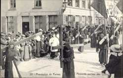Ak Furnes Westflandern, Procession, Pénitents portant des Croix