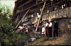 Postcard Oberzell Zell am Harmersbach, Familie vor dem Haus, Oberzell, Rinder