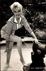 Ansichtskarte / Postkarte Schauspielerin Ann Smyrner, Lange Beine, Blond