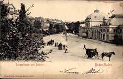 Postcard Baden Baden, Langestraße, Bahhof, Gebäude, Kutsche, Passanten