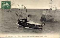 Postcard Dieppe Seine Maritime, Le Furet sortant des Jetées, Phare