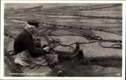 Postcard Scheveningen Den Haag Südholland, De laatste hand,Fischer flickt ein Fangnetz