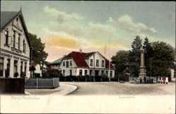 Postcard Atens Nordenham, Partie am Denkmalplatz, Kinder vor der Statue