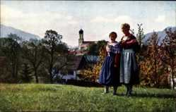 Postcard Oberammergau in Oberbayern, Zwei Frauen in Trachten, Ortschaft