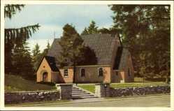 Postcard Hallstavik Schweden, Kyrkan, Straßenpartie mit Blick auf eine Kirche