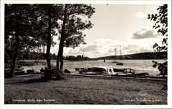 Postcard Hallstavik Schweden, Motiv fran Tommen, Gewässerpartie, Boote, Wald