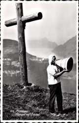 Ak Morschach Kt. Schwyz, Alpsegen auf Schilteli, Mann bläst ins Horn, Kreuz
