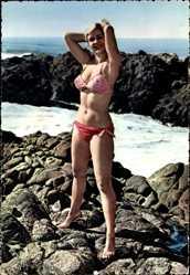 Ak Blondine in Bikini am Strand, Rotes Badekleid, Wellen