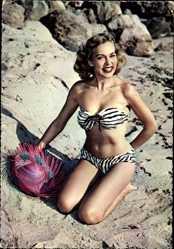 Ak Junge Frau in Badekleid am Strand, Strohhut, Bikini