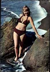 Ak Junge Blondine in Badekleid am Strand, Felsen, Wellen