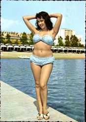 Ak Junge Frau in blauem Badekleid am Strand, In Pose
