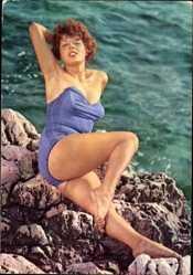 Ansichtskarte / Postkarte Rothaarige Frau in Badekleid am Strand, Beine, Po