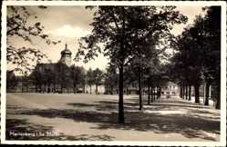 Postcard Marienberg in Sachsen, Marktplatz mit Rathaus, Bäume