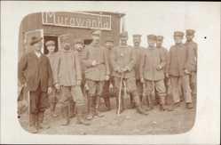 Foto Ak Murowanka Ostpreußen, Soldaten, Gruppenfoto, Gebäude