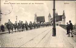 Postcard Bonn in Nordrhein Westfalen, Husaren beim Ausrücken auf der Rheinbrücke