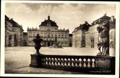 Postcard Ludwigsburg in Baden Württemberg, Schlosshof, Statue
