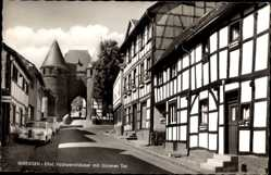 Postcard Nideggen in der Eifel, Fachwerkhäuser mit Dürener Tor, Straßenpartie