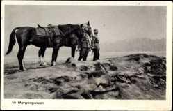 Postcard Im Morgengrauen, Wehrmachtsoldaten mit Pferden