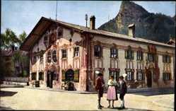 Ak Oberammergau in Oberbayern, Volkstrachtengruppe am Pilatushaus