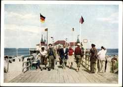 Postcard Ostseebad Ahlbeck Heringsdorf, Auf der Seebrücke, Meer, Fahnen