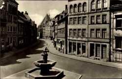 Postcard Halle Saale, Partie am alten Marktplatz, Brunnen, Häuser, Straßenpartie