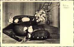 Postcard Glückwunsch Ostern, Ostereier, Soldatenhelm, Messer, Feldflasche