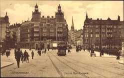 Postcard Stockholm Schweden, Norra Bantorget, Straßenbahn, Passanten, Häuser