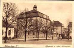 Postcard Naumburg Saale, Lyzeum mit dem Ober Lyzeum, Straßenpartie, Passanten