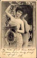 Glitzer Ak Junge Frau vor einem Spiegel, Enges Kleid, Handgeste