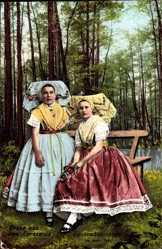 Ak Gruß aus dem Spreewald, Spreewälderinnen in Trachten, Sitzbank