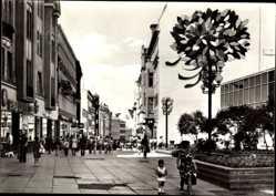 Postcard Halle an der Saale, Klement Gottwald Straße, Der Neue Weg, Passanten