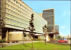 Postcard Halle an der Saale, Blick auf das Interhotel Stadt Halle, Autos