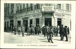 Postcard Belgrad Beograd Serbien, Vor der Redaktion der Belgrader Nachrichten