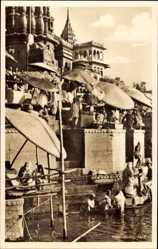 Ak Varanasi Benares Indien, Holy Ganges, Religiöse Waschung am Fluss
