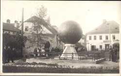Foto Ak Litomysl Reg. Pardubice, Blick auf ein Denkmal, Kugel, Denkmal