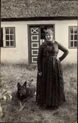 Foto Ak Sonderho Fanö Dänemark, Frau mit Hund vor einem Wohnhaus