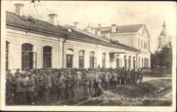 Postcard Virbalis Wirballen Ostpreußen, Deutsches Militär vor einem Gebäude