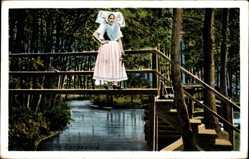 Ak Im Spreewald, Spreewälderin in Tracht, Holzbrücke